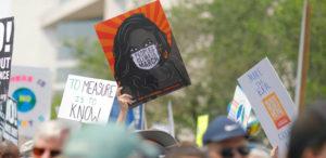 Menschen auf einer Demonstration gegen die Klimakrise