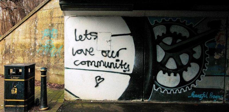 """Graffiti unter Brücke """"Let's love our communities"""""""